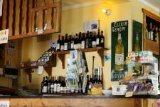 Каждый должен попробовать знаменитый женепи Ottoz. В баре семьи Ottoz на перевале Малый Сен-Бернар. Фото: Visitalps.ru